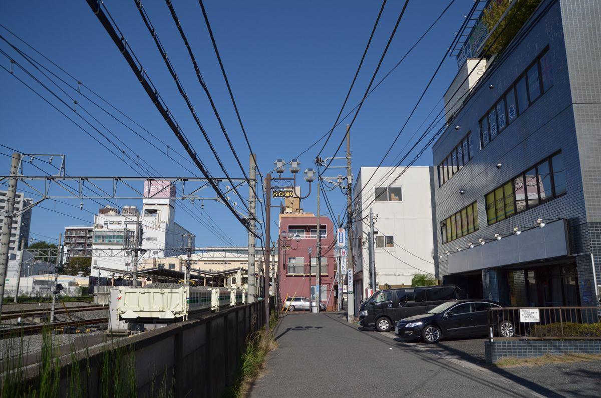 新所沢駅東口。駅前商店街の一角に