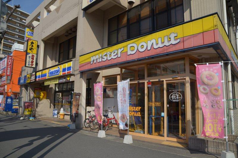 駅前大通りには店舗が並んでいます